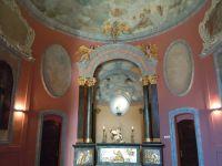Oderstaurowane wnetrze kaplicy z krzyżem w ołtarzu z relikwią św. Jacka