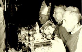 kard. Karol Wojtyła przy relikwiarzu św. Jacka